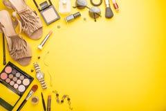 妇女的时尚和秀丽 妇女的辅助部件和化妆用品在黄色背景 ?? 免版税库存照片