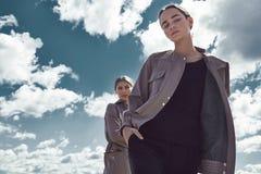 妇女的时尚街道样式看起来便衣走 免版税库存图片
