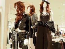 妇女的服装店的内部与的时装模特 免版税库存照片