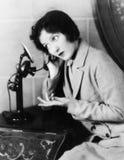 妇女的档案谈话在电话(所有人被描述不更长生存,并且庄园不存在 供应商保单 免版税库存图片