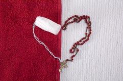 妇女的棉塞和念珠的心脏 免版税图库摄影