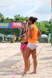 妇女的海滩网球队谈论如何打这场比赛 免版税库存图片