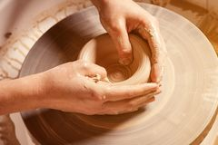 妇女的特写镜头雕刻黏土花瓶 免版税库存图片