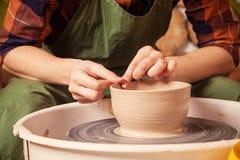 妇女的特写镜头雕刻黏土花瓶 库存图片