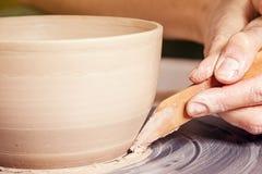 妇女的特写镜头雕刻黏土花瓶 免版税库存照片