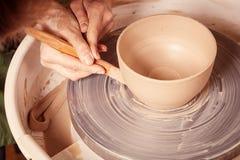妇女的特写镜头雕刻黏土花瓶 库存照片