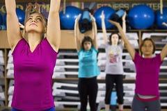 妇女的瑜伽excercises 免版税库存照片