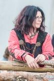 妇女的画象在中世纪斯拉夫语或斯堪的纳维亚c穿戴了 免版税图库摄影