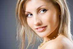 妇女的白肤金发的接近的可爱的纵向 免版税库存图片