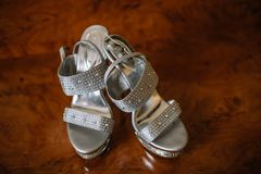 妇女的白色婚礼鞋子 免版税库存图片