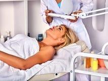 妇女的眼眉治疗中年在温泉沙龙 库存照片