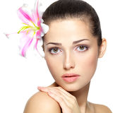 妇女的秀丽表面有花的。 秀丽处理 免版税库存照片
