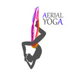 妇女的空中瑜伽 免版税库存照片