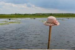 妇女的竹子的帽子地方 免版税库存照片
