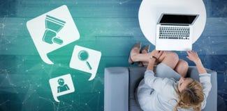 妇女的综合图象她的膝上型计算机的 免版税库存图片
