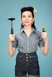 妇女的美丽的别针有锤子和螺丝刀的 免版税图库摄影