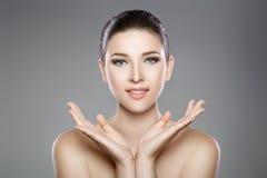 妇女的美丽的面孔有蓝眼睛的和清洗新鲜的皮肤 温泉画象 免版税库存照片