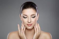 妇女的美丽的面孔有蓝眼睛的和清洗新鲜的皮肤 温泉画象 图库摄影