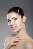 妇女的美丽的面孔有蓝眼睛的和清洗新鲜的皮肤 温泉画象 库存照片