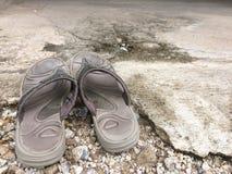 妇女的老灰色拖鞋 库存照片