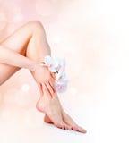 妇女的脚和手 库存照片