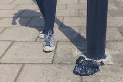 妇女的脚由灯岗位的 库存照片