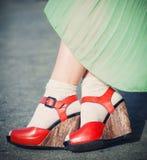 妇女的腿有高跟鞋葡萄酒样式的 免版税库存照片
