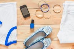 妇女的衣物和配比的辅助部件 库存图片