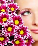 妇女的表面有菊花的 免版税库存照片