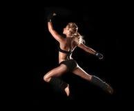 妇女的被定调子的健身身体 免版税库存图片