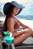 妇女的豪华假期。白色热带海滩。 免版税库存照片
