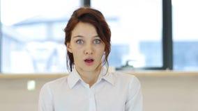 妇女的震动在办公室,想知道 免版税库存图片