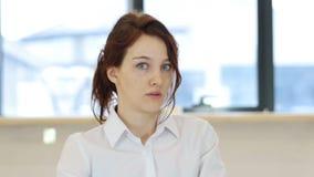 妇女的震动在办公室 影视素材