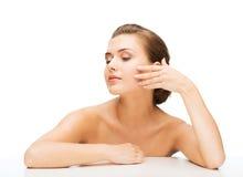 妇女的面孔有干净的完善的皮肤的 免版税库存照片