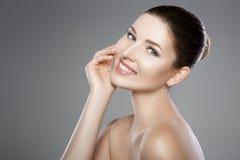 妇女的面孔有蓝眼睛的和清洗新鲜的皮肤 美好的微笑和白色牙 图库摄影