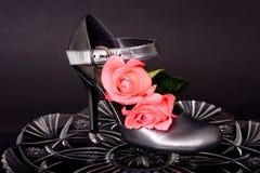 妇女的鞋子和上升了 库存照片