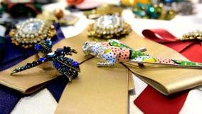 妇女的首饰做了碱金属、玻璃和软的材料 影视素材