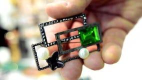妇女的首饰做了碱金属、玻璃和软的材料 股票录像
