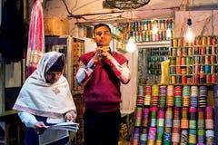 妇女的首饰的卖主在农贸市场上的 库存照片