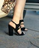 妇女的黑凉鞋 库存照片