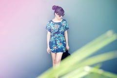 妇女的,站立与姿势的女孩夏天时尚在淡色C 免版税库存照片