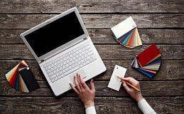 妇女的移交白色膝上型计算机 免版税图库摄影