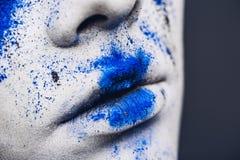 妇女的嘴唇有五颜六色的粉末的组成 有明亮的蓝色构成和白色皮肤的秀丽妇女 抽象幻想做 库存照片