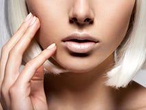 妇女的嘴唇特写镜头 无法认出的人员 半的表面 库存图片