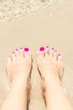 妇女的结算与在脚趾的一个圆环 免版税图库摄影