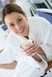 妇女的画象在医疗保健中心的喝热的茶 图库摄影