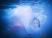 妇女的画象的水下的关闭 免版税库存照片