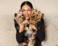 妇女的画象-有狗的约克夏狗交配动物者 免版税库存图片