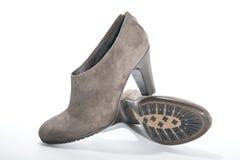 妇女的绒面革与高跟鞋的脚腕起动 免版税库存图片