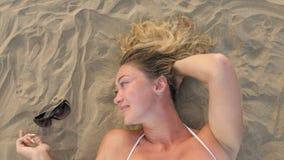 妇女直接地在沙滩说谎 影视素材